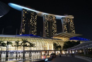 The Shoppes at Marina Bay Sands with the Marina Bay Sands Hotel, Singapore, in the background. Photo via Wikimedoa, by Jacklee.