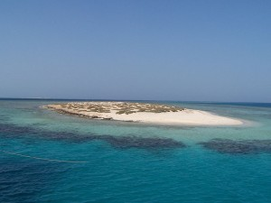 A sunny day on El Qulaan, in Egypt's Red Sea! Photo via Wikimedia, by Andrea Piroddi.