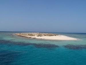 A sunny day on El Qulaan, in Egypt's Red Sea! Photo via Wikimedia, by Andrea Piroddi.